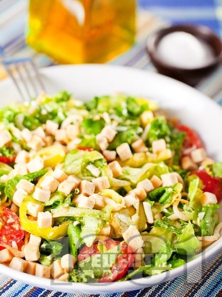 Зелена салата с крутони, чери домати и кълнове - снимка на рецептата